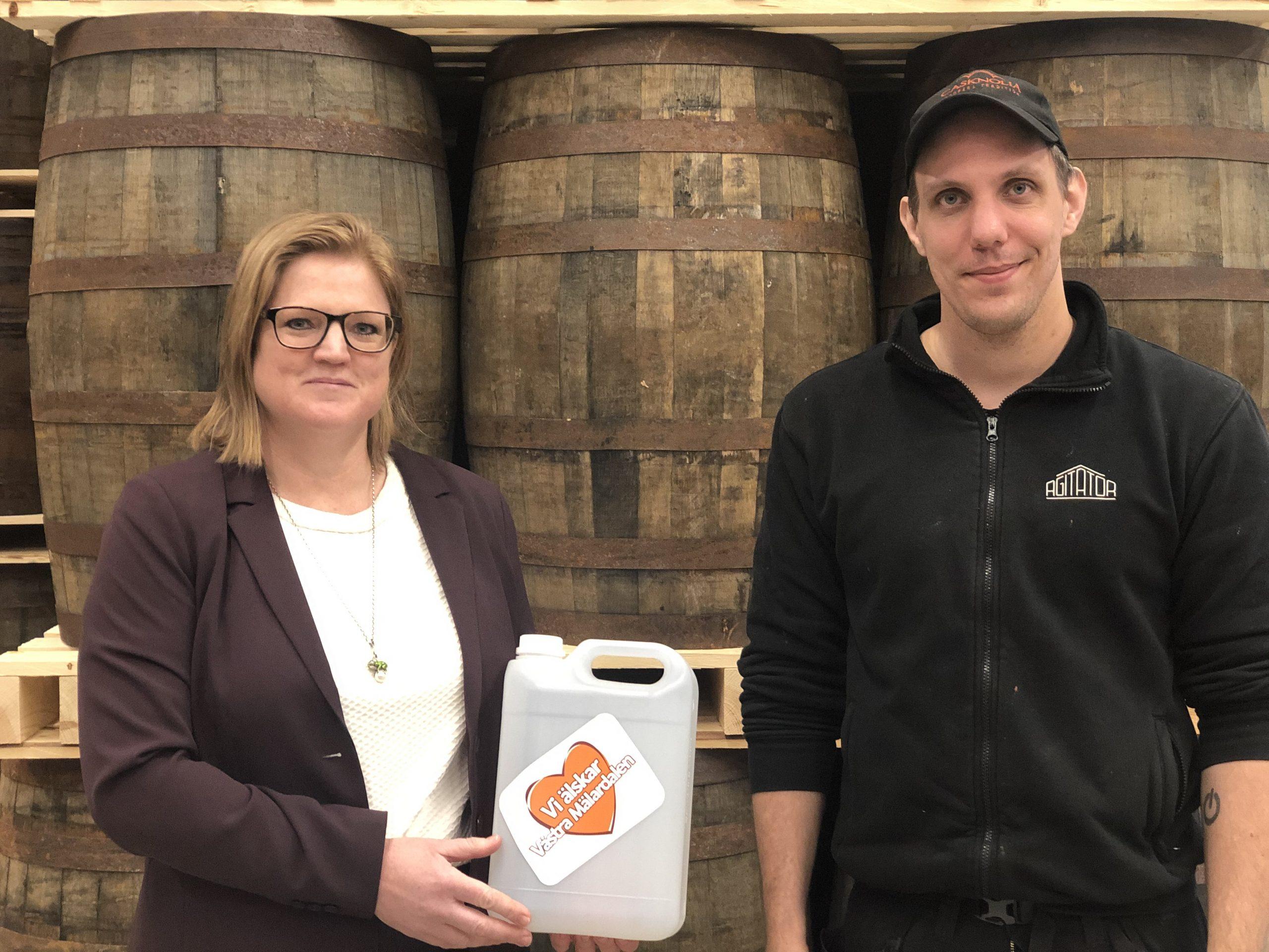Sparbanken Västra Mälardalen i samarbete med Arbogaföretaget Agitator - skänker 1200 liter handsprit till den regionala vården