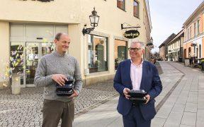 På bilden ses från vänster: Göran Fältgren, ordf kultur- och utbildningsnämnden i Vadstena, och Mikael Engdahl, vd Vadstena Sparbank.