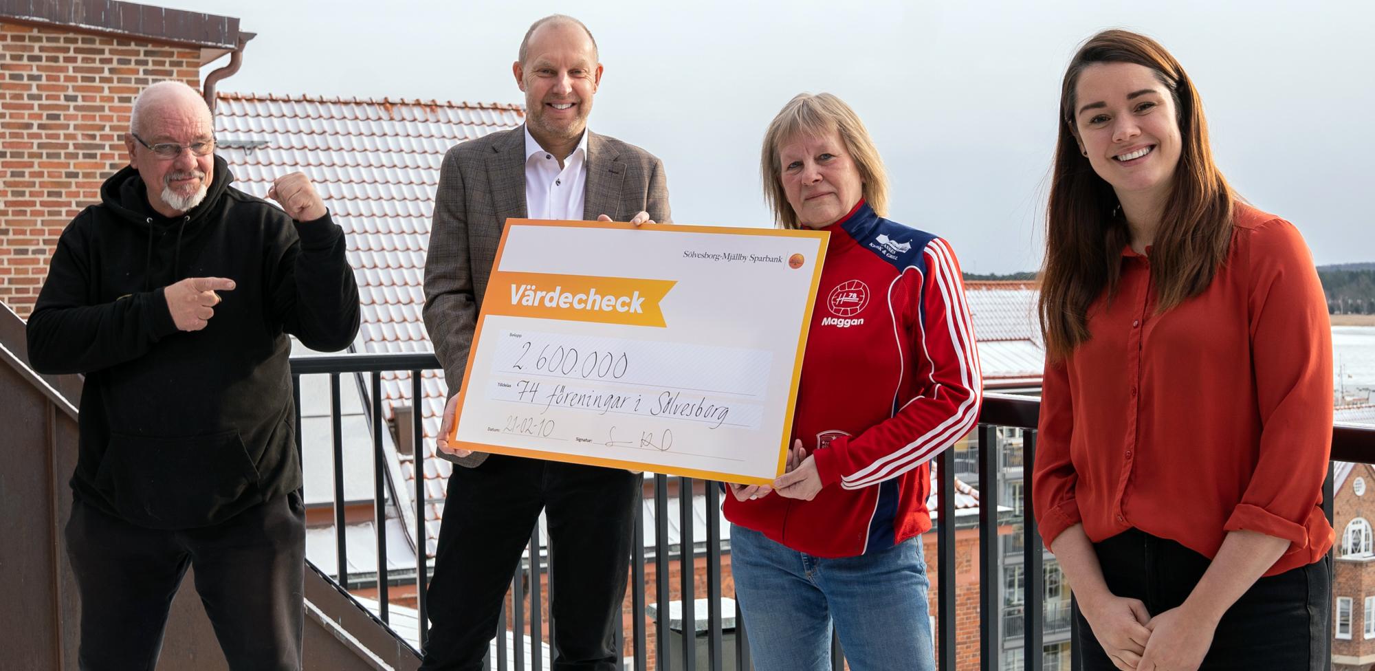 Sölvesborg Mjällby Sparbank delar ut mijloner till idrottsföreningar.